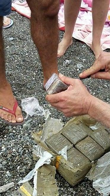 Sapri, la corrente porta a riva un pacco con sei chili di droga, la trovano i bagnanti