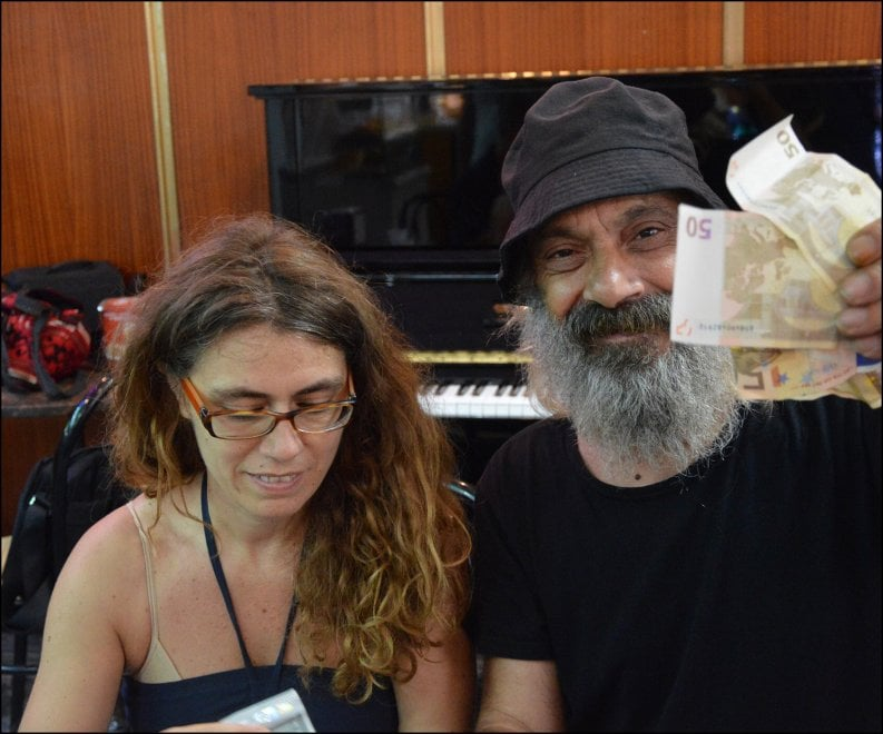 #uscitelarpadizena: 1900 euro raccolti in sette giorni per Zena, la musicista derubata della sua arpa a Napoli