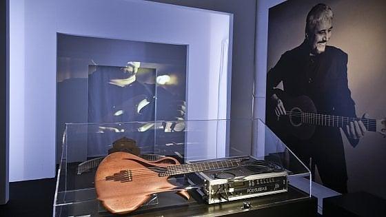 Pino Daniele vive nel museo: le sue chitarre, le foto, i video