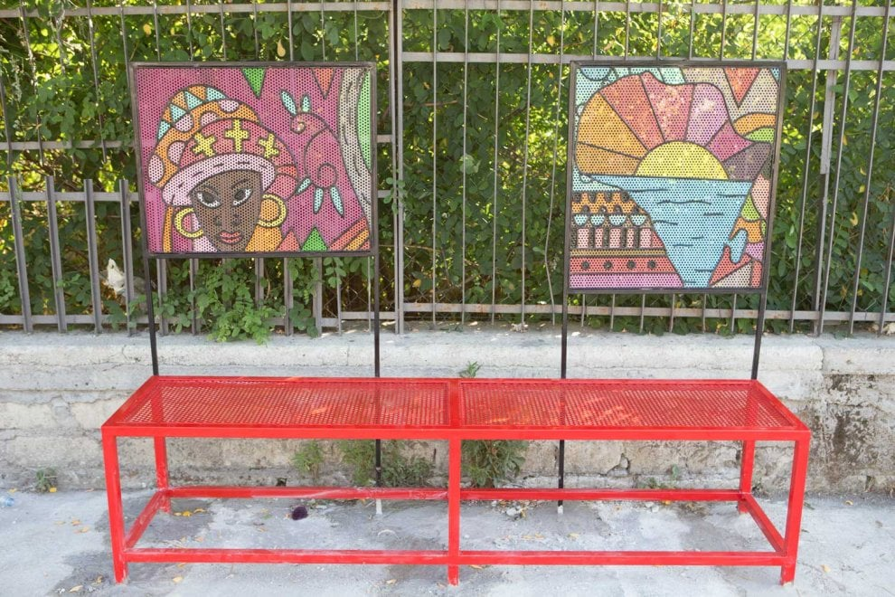 Castel Volturno, l'arte colora la fermate dei bus