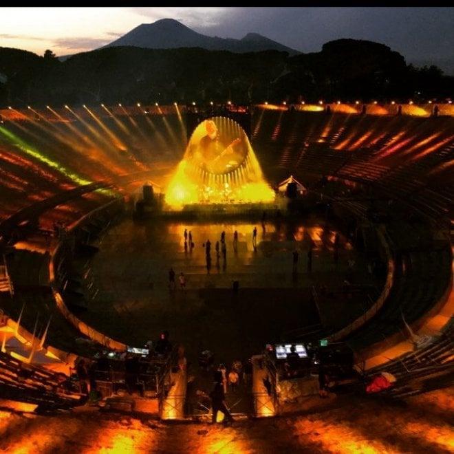 Pompei, David Gilmour nell'Anfiteatro fotografato dalla moglie Polly