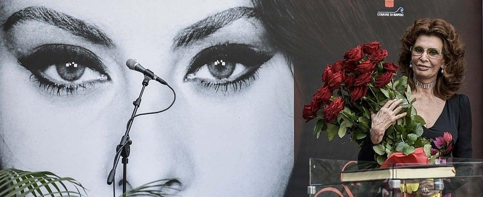 """L'abbraccio d'amore di Napoli a Sophia Loren, orgoglio della città: """"Tornerò, ma zitto zitto"""" (video)"""