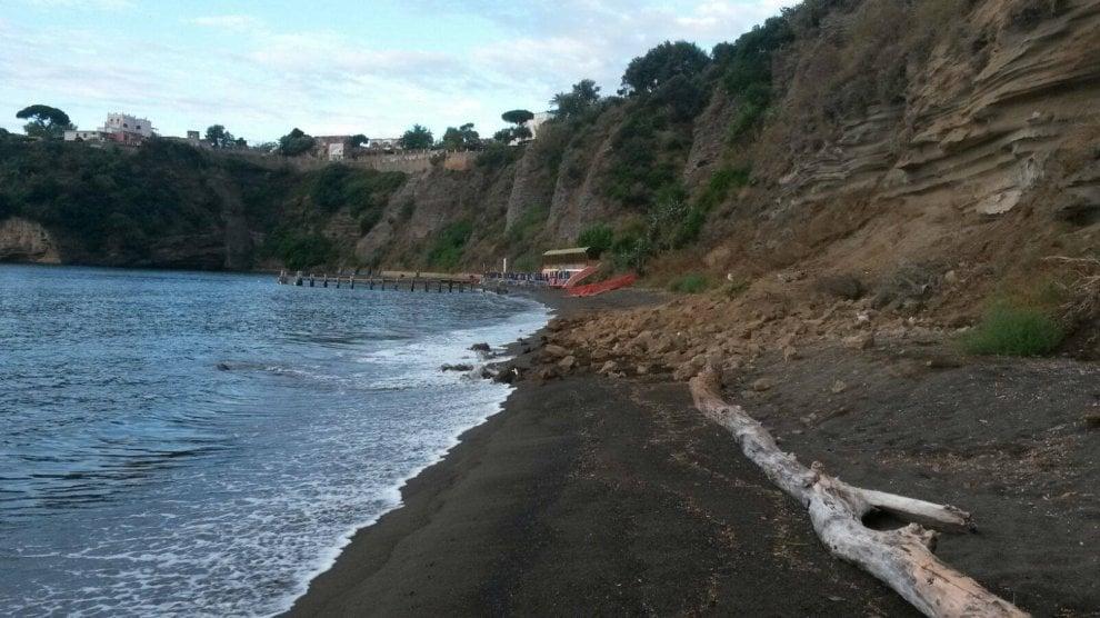 Procida dopo le piogge frana alla spiaggia della chiaia - Alla colorazione della spiaggia ...