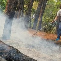 Il sindaco di Terzigno aiuta a spegnere le fiamme sul Vesuvio