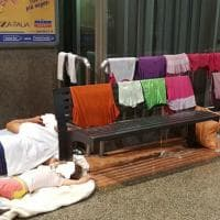 Una famiglia vive accampata nella stazione di Aversa