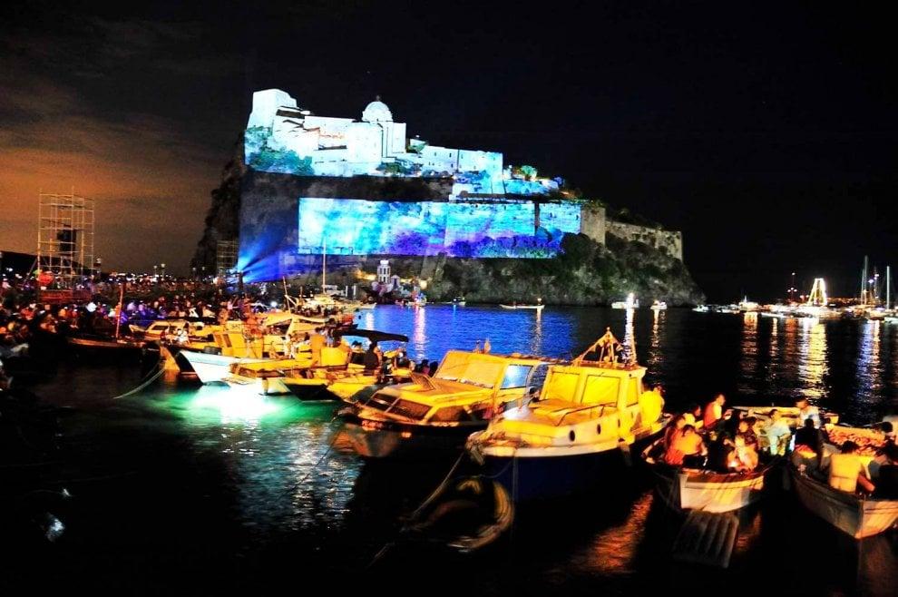Ischia, barche allegoriche e incendio del castello: lo spettacolo della Festa di Sant'Anna