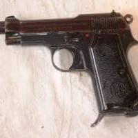 Pistola da guerra in borsetta, arrestata ventenne