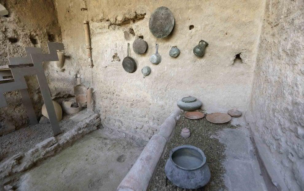Sandali in sughero e resti di cibo carbonizzato, così rinasce Pompei