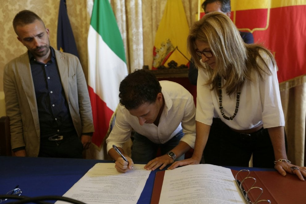 Unioni civili, Antonello Sannino e Danilo Di Leo firmano il registro in sala giunta al Comune