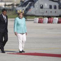 Renzi, Hollande e Merkel a Capodichino. E il vento arrotola il tappeto sotto i piedi della cancelliera tedesca