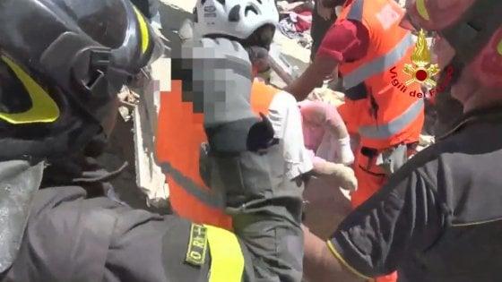 """Terremoto, il vigile che ha salvato due bambine: """"Sono vive grazie all'amore della madre e della sorella più grande, che hanno fatto da scudo"""""""