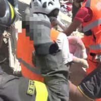 Terremoto, il vigile che ha salvato due bambine: