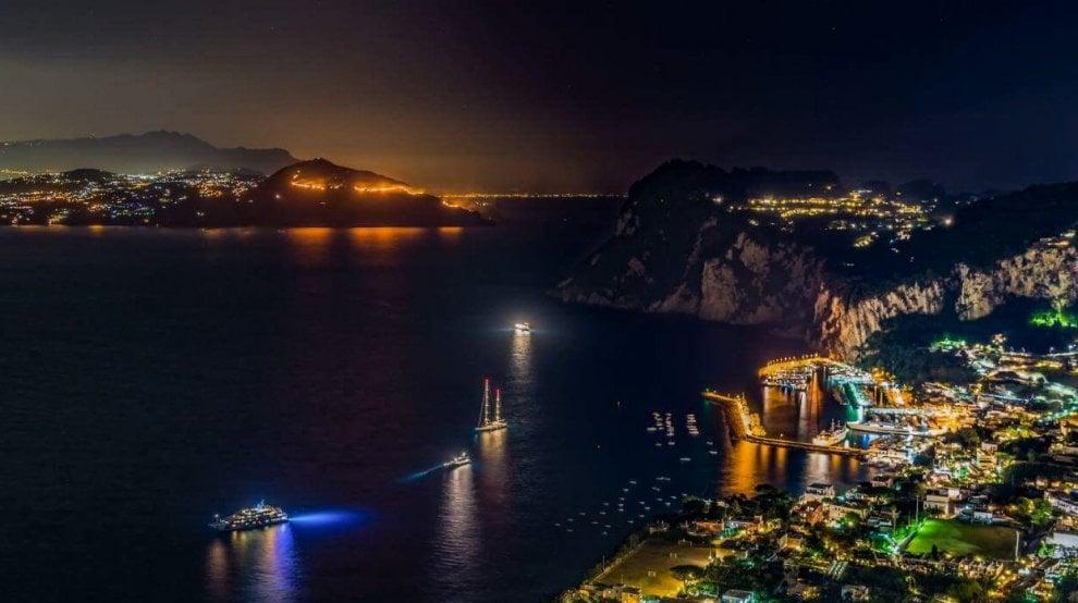Costiera Amalfitana in fiamme: lingue di fuoco nel golfo di Napoli