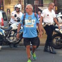 Gira l'Italia a piedi per lanciare un messaggio ai giovani, Napoli applaude Alessandro Bellière