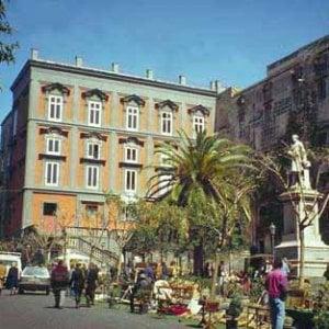 """Arcigay: """"Schiaffeggiato a piazza Bellini. Ancora un atto di omofobia"""""""