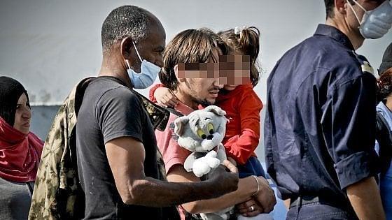 """Sbarca a Salerno una nave della Marina militare spagnola con oltre mille migranti. Un libico: """"Sono qui per salvare mia figlia"""""""