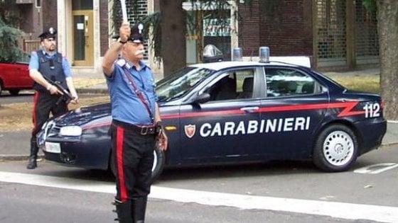 Ha la patente sospesa e investe un motociclista, poi brucia l'auto del padre nel Napoletano