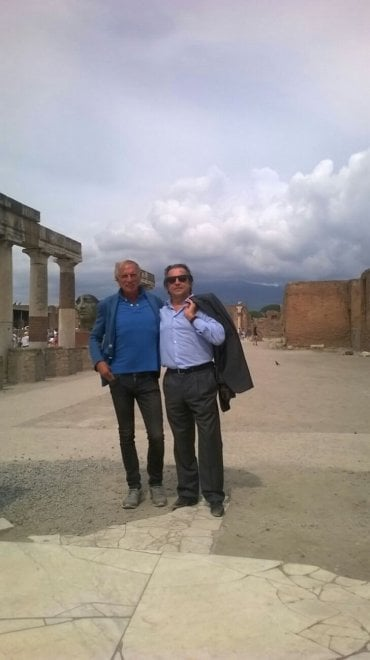 Il maestro muti con la famiglia visita gli scavi di pompei for Casa artigiana progetta il maestro del primo piano