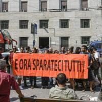 Centri sociali in presidio davanti alla questura di Napoli. Solidarietà del sindaco alla consigliera contusa durante gli scontri