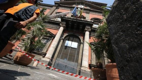Napoli, cade un frammento dello stemma del Museo Archeologico. Non ci sono feriti