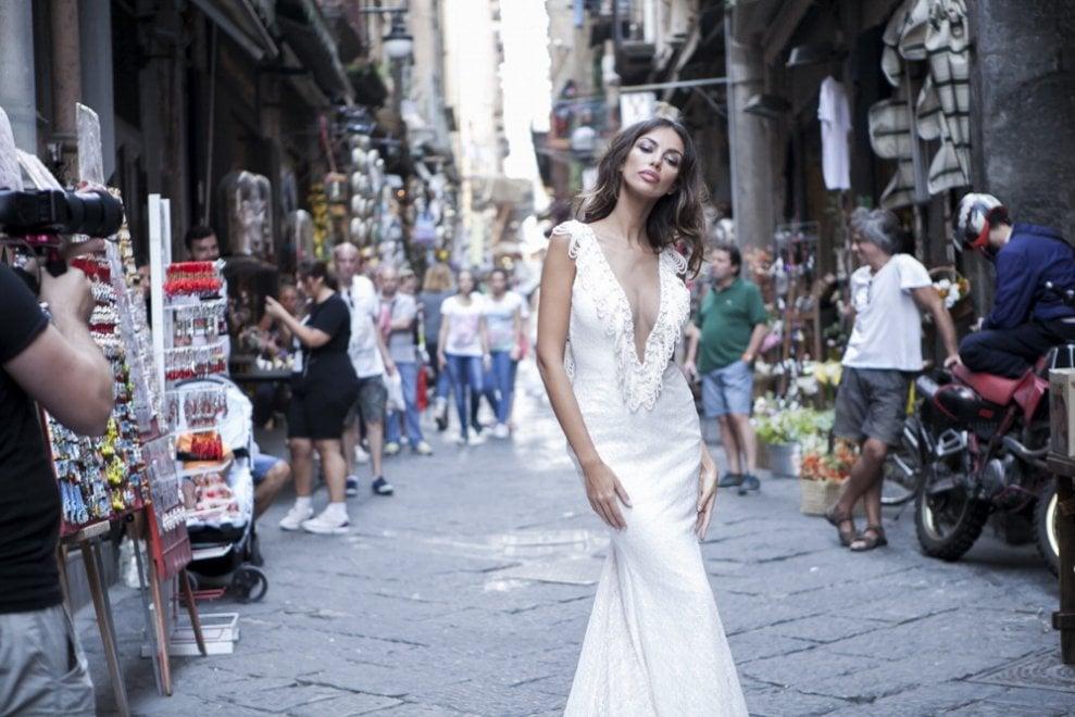 9a770d12015e Prove di matrimonio con Madalina Ghenea in centro storico a Napoli - 1 di 1  - Napoli - Repubblica.it