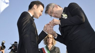 """San Giorgio: riso, fiori e """"Over the Rainbow"""" per l'unione tra Zinno e il compagno   vd -ft     Zinno: """"Finalmente posso chiamarlo marito""""/video"""