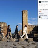 """Pompei, i turisti imitano i Beatles di """"Abbey Road"""""""
