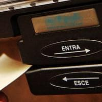 Salerno assenteisti cronici: timbravano il cartellino, poi in giro tra shopping e...