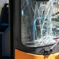 Calci e pugni a un passeggero su bus a Scampia, presi due giovani. A Napoli quasi 100...