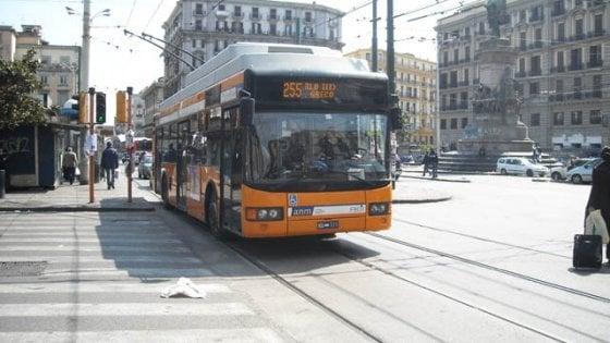 Napoli, autista di filobus accoltellato a una gamba