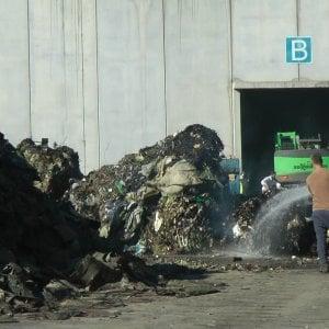 A fuoco i rifiuti della Eco Transider, forti tensioni fuori dalla fabbrica
