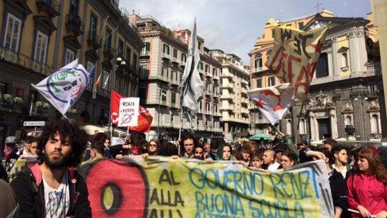 Studenti in piazza contro il governo, poi l'incontro con de Magistris