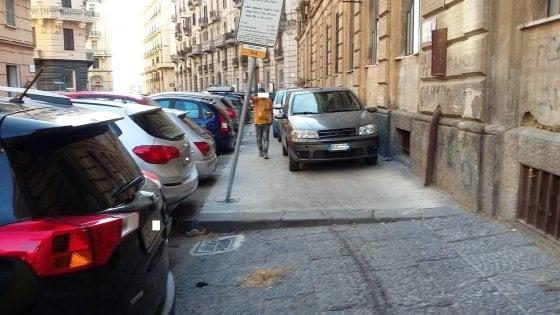 Santa Lucia, in mano ai parcheggiatori abusivi: auto anche sui marciapiedi