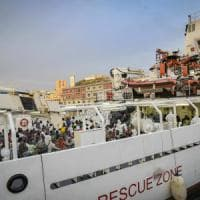 Sbarco di migranti a Napoli, la prima a scendere è la salma di una giovane