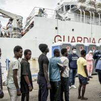 Migranti, ecco come aiutare i ragazzi sbarcati al porto