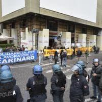 Renzi firma il patto per Napoli, proteste in piazza