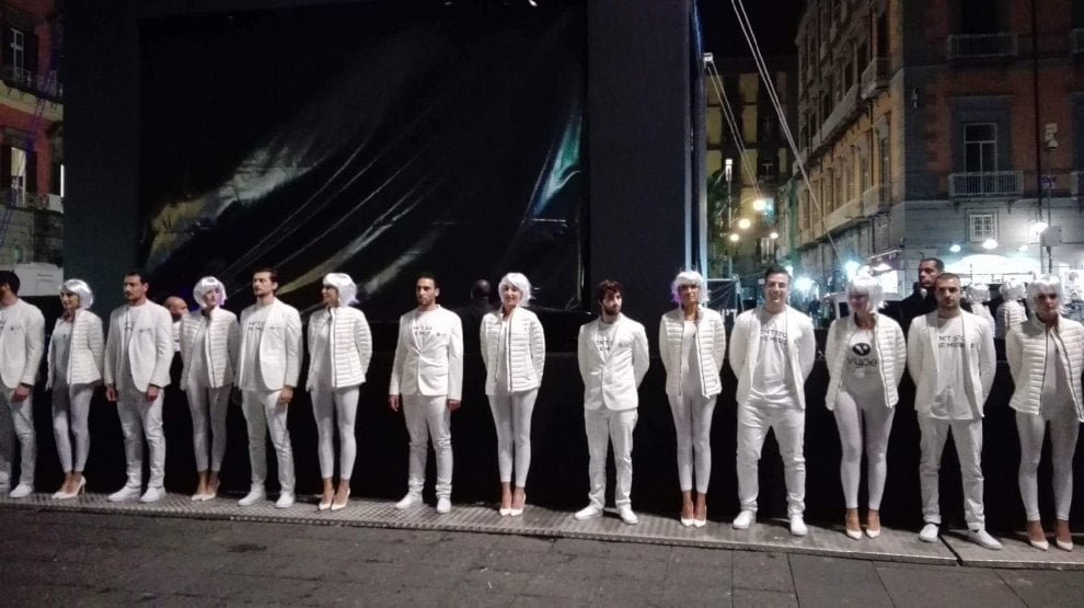 Piazza Dante, svelato il mistero del cubo nero: c'è Skin con il suo dj set