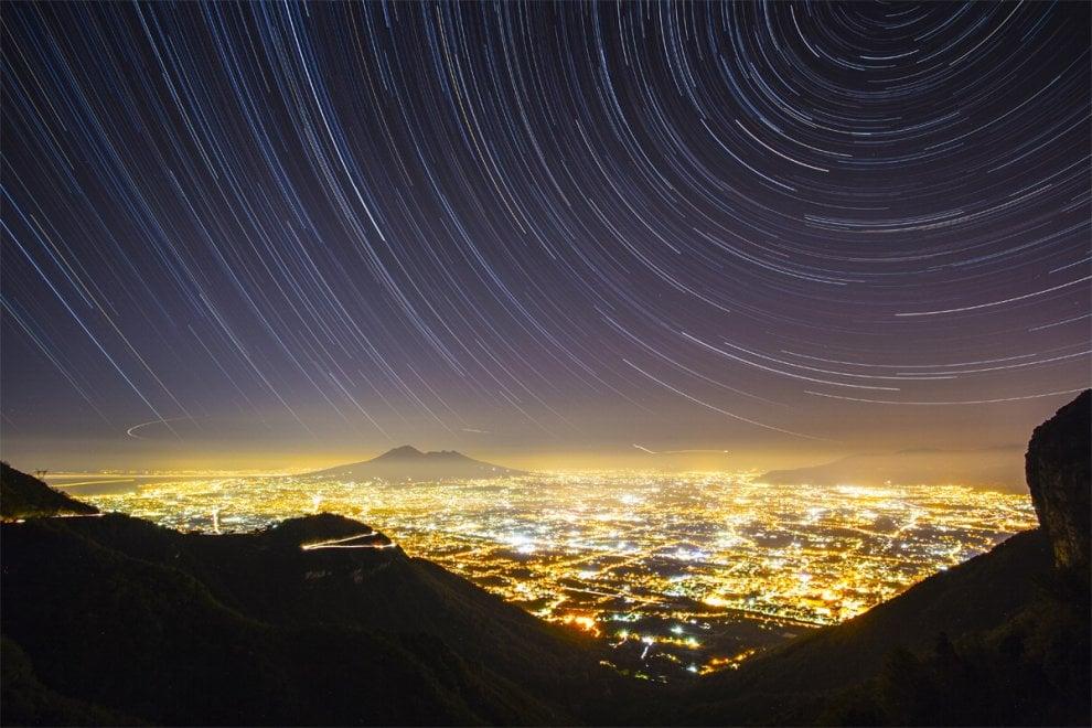 Le stelle e il Vesuvio, lo scatto è perfetto