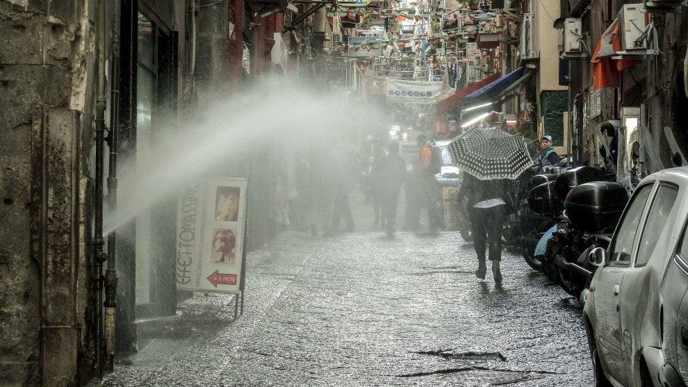 Quartieri Spagnoli, esplode tubatura dell'acqua: passeggiata con l'ombrello in una giornata di sole