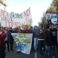 Napoli, tensione manifestanti-polizia primo dell'arrivo di Renzi