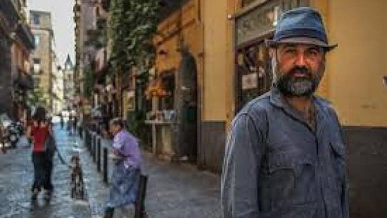 Borrelli prete di periferia in crisi, nel film di Marra sul set di Ponticelli