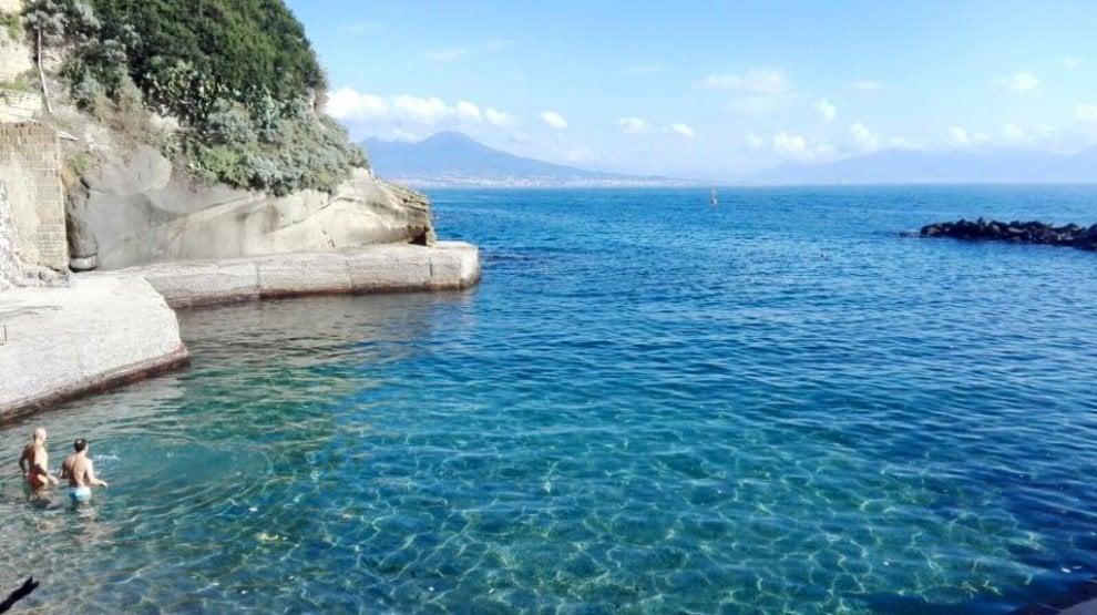 Napoli baciata dal sole, c'è chi fa il bagno alla Gaiola