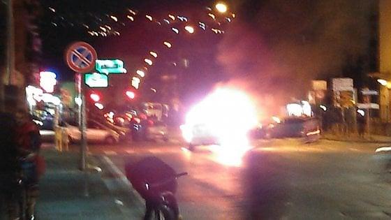 Scontri al San Paolo: tifosi ucraini incendiano una macchina