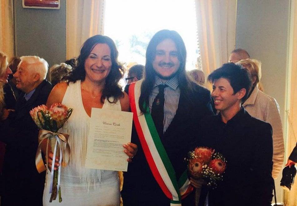 Bacoli, prima unione civile: alla Casina Vanvitelliana il sì di Antonella e Barbara