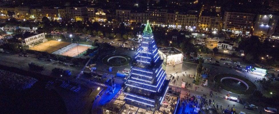 Nalbero a Napoli, la ruota a Genova, un video a Firenze e Milano futurista: è la sfida di Natale