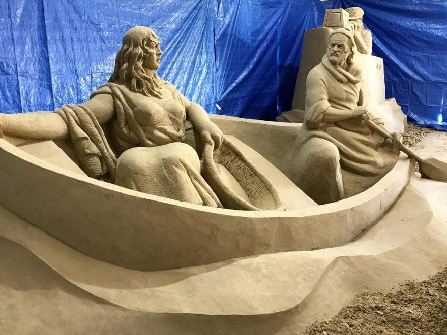 Gesù come un migrante, a Salerno il presepe di sabbia fa riflettere