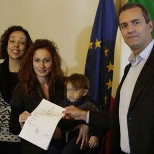 """Bimbo con due mamme, trascritto di nuovo l'atto di nascita: """"Una grande conquista"""""""