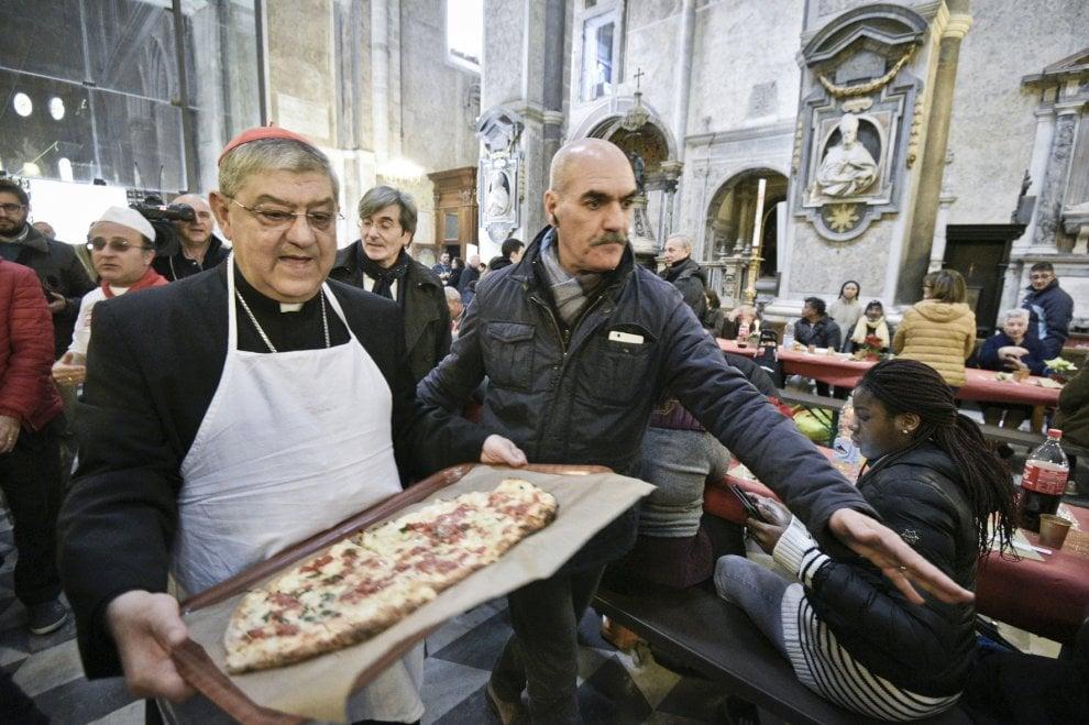 Nel duomo pranzo per seicento indigenti, il cardinale Sepe serve ai tavoli