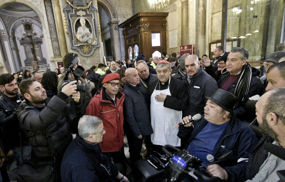 Nel duomo pranzo per seicento indigenti, il cardinale Sepe serve ai ...