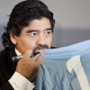 Maradona al San Carlo, la città si spacca sul mito